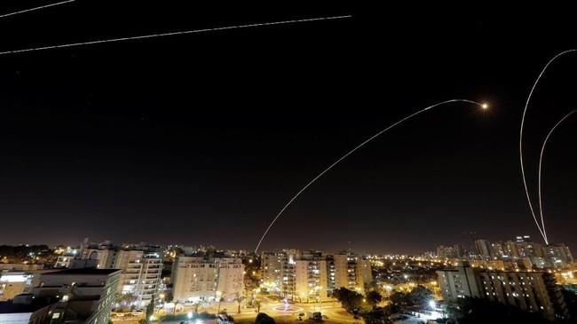 Hamas meluncurkan ratusan roket ke Israel sebagai pembalasan atas pembunuhan 7 prajuritnya. Sistem penangkal roket Israel nampak meluncur untuk mencegat serangan Hamas. (REUTERS/ Amir Cohen)