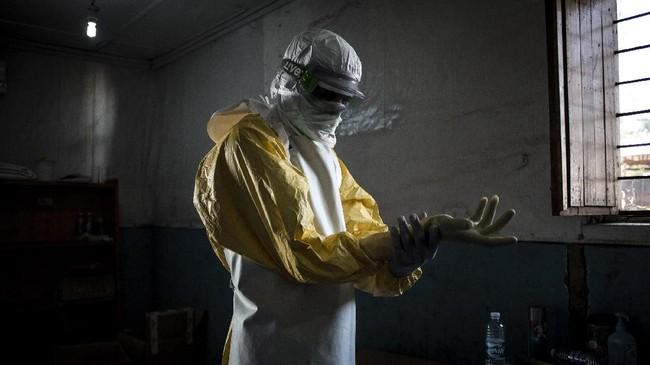 Ebola sendiri merupakan penyakit infeksi serius yang dapat menyebar dengan cepat melalui cairan tubuh, menyebabkan pendarahan internal, dan berpotensi kematian. (Photo by John WESSELS/AFP)