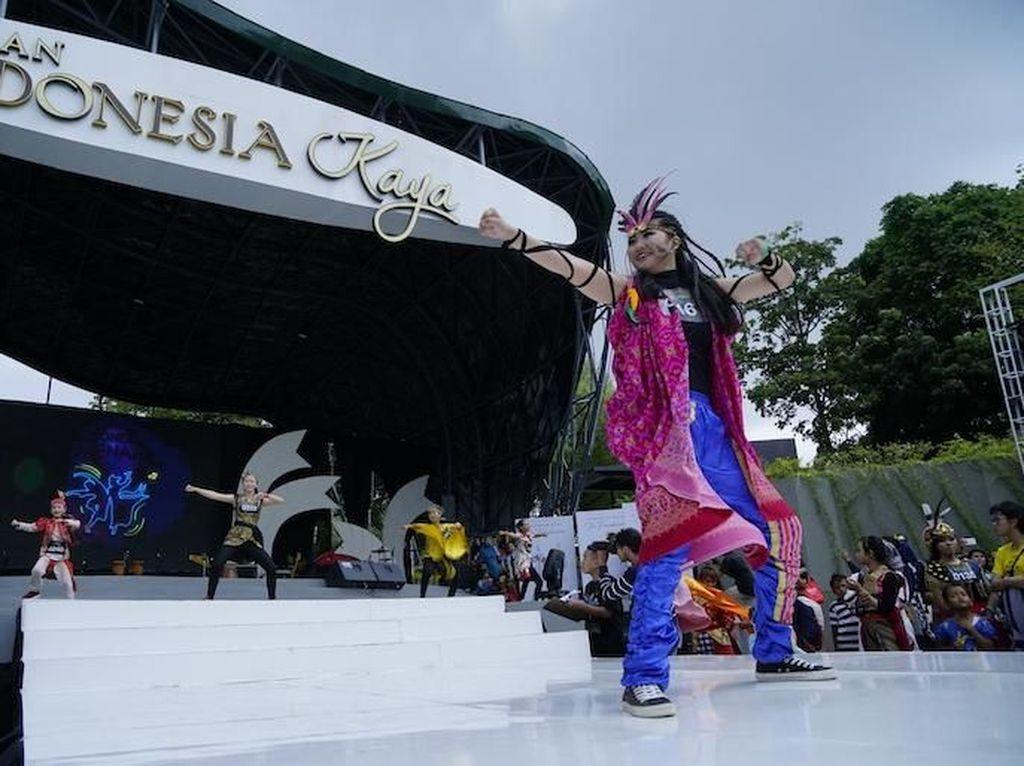 Indonesia Menari 2018 dilangsungkan dengan bentuk tarian massal koreografi yang menggabungkan gerakan tari tradisional dan tarian modern. Tarian dengan durasi 4 menit ini diiringi musik aransemen Pongky Prasetyo yang menggabungkan lagu daerah dari Riau (Soleram), Kalimantan Selatan (Ampar-Ampar Pisang), Jawa Tengah (Cublak-Cublak Suweng), dan Papua (Yamko Rambe Yamko). Istimewa.