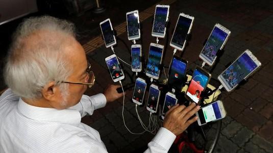 Kakek Tua Ini Miliki 15 Smartphone untuk Mencari Pokemon