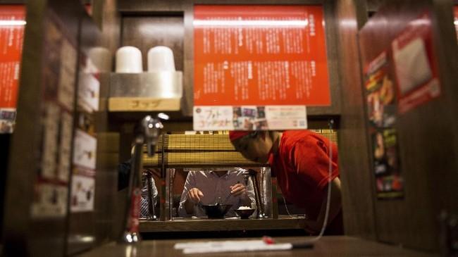 Seorang konsultan pemasaran senior di Jepang melihat tren masyarakat yang melakukan apa-apa serba sendirian ini sebagai sebuah pasar baru yang potensial.