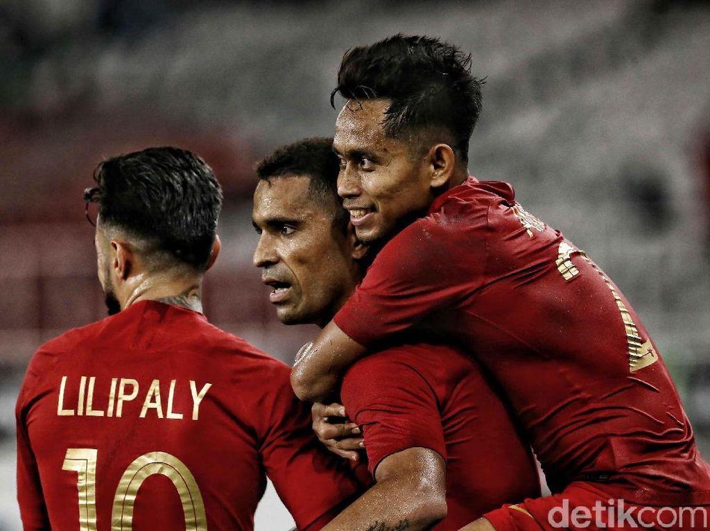 Andik Vermansah, Stefano Lilipaly, dan Alberto Goncalves merayakan gol.