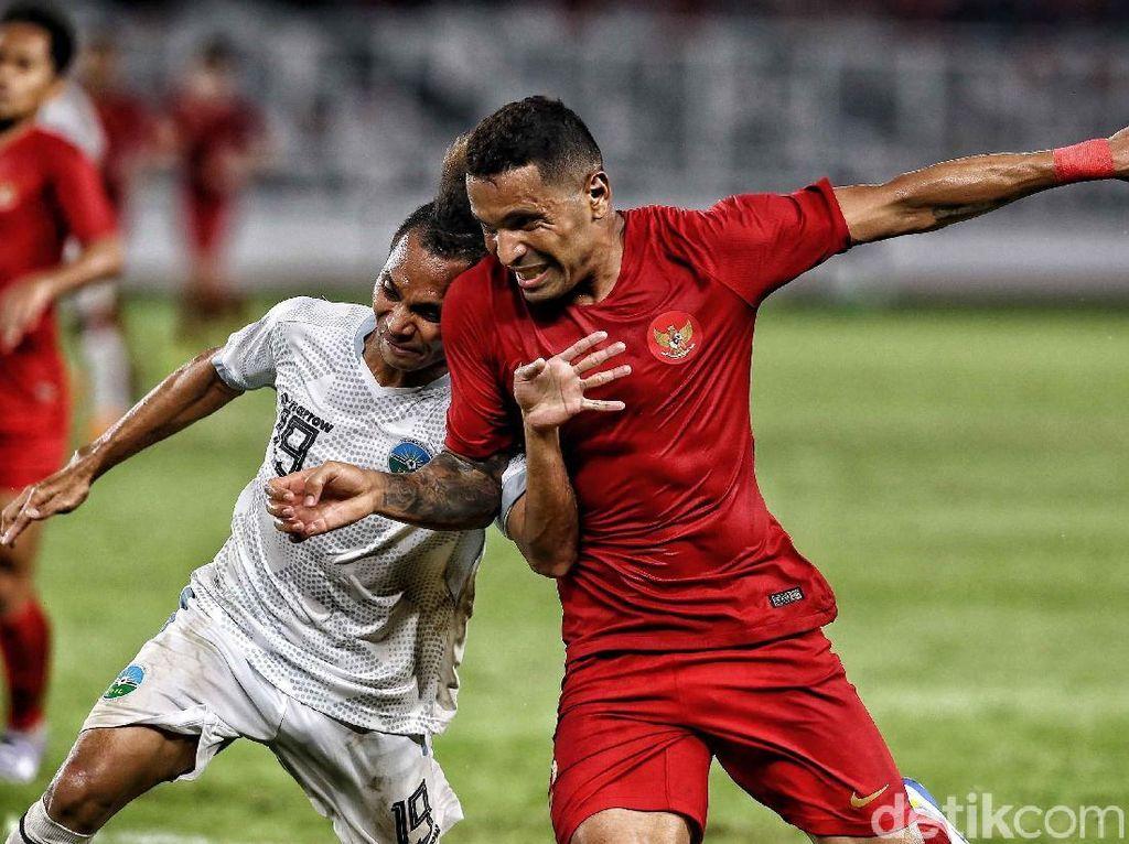 Alberto Goncalves berebut bola dengan Feliciano Pinneiro Goncalves. Dalam pertandingan ini Alberto Goncalves menambah keunggulan Indonesia menjadi 3-1 di menit ke-82.