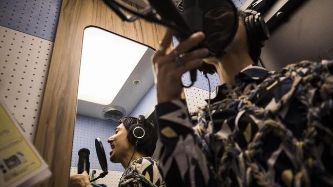 Salah satu aktivitas yang kerap dilakukan sendirian di Jepang adalah karaoke. Padahal di belahan dunia lain, karaoke adalah aktivitas yang paling sering dilakukan bersama-sama karena terasa lebih nikmat.