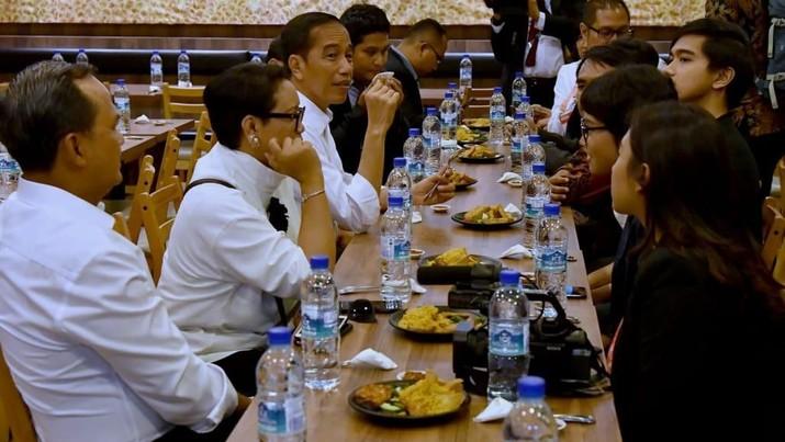 Bergaya Kasual, Jokowi & WNI di Singapura Makan Bebek Goreng