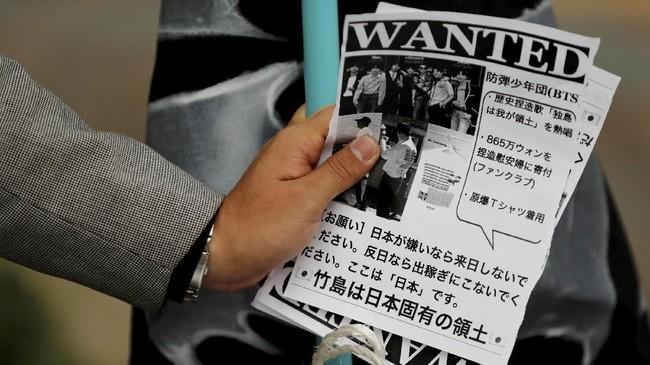 Pamflet yang disebut mencela kehadiran BTS, disebarkan di lokasi konser di Jepang. (REUTERS/Kim Kyung-Hoon)