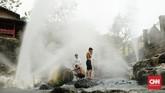 Geyser air panas di Cosilok kerap menjadi pilihan para wisatawan untuk bersantai.