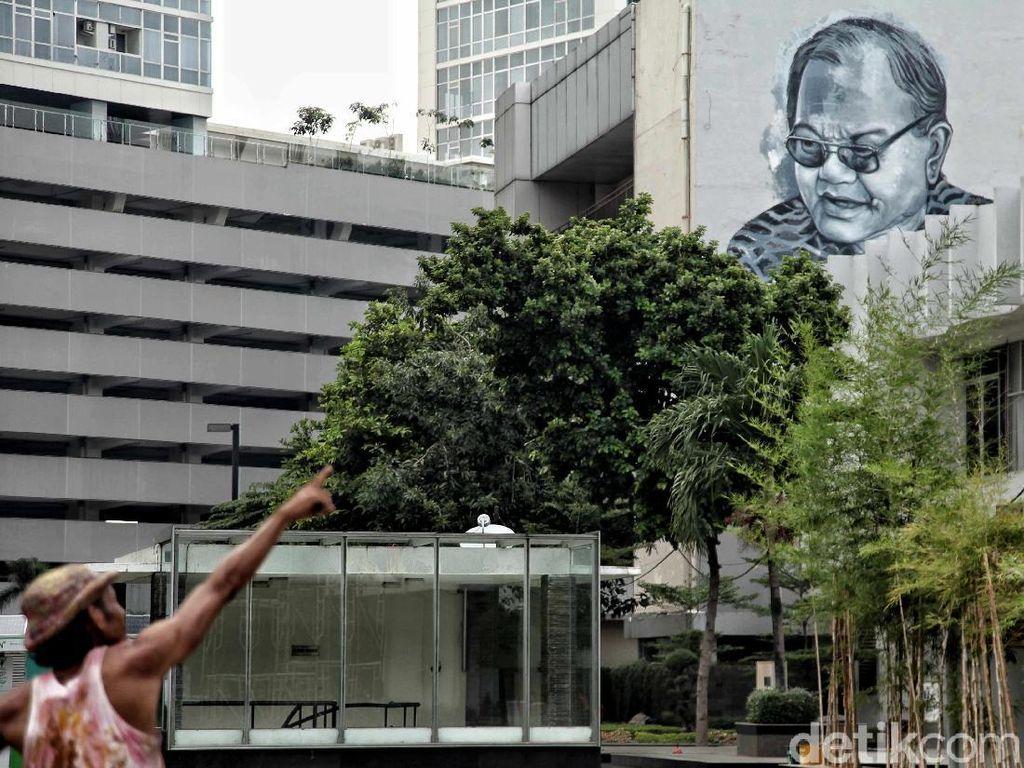 Para seniman ini membuat mural diberbagai sudut TIM.