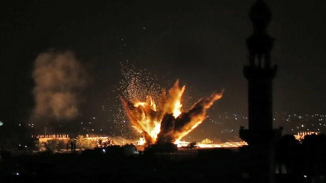 Angkatan Bersenjata Israel dan Hamas kembali terlibat pertempuran sengit sejak Minggu (11/11) pekan lalu. Nampak ledakan di Jalur Gaza akibat rudal jet tempur Israel. (Photo by Said KHATIB / AFP)