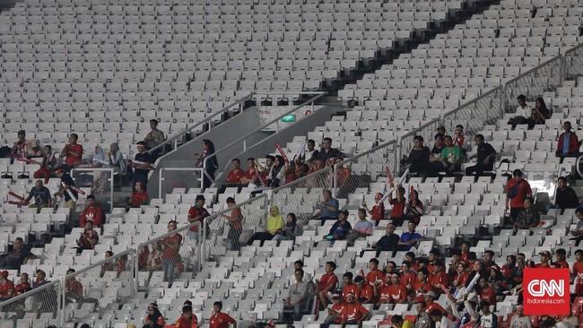 Hanya 15 ribu tiket yang laku terjual dari 65 ribu tiket yang dijual PSSI. Di saat yang bersamaan di dunia maya ramai tanda pagar 'Kosongkan GBK' sebagai bentuk protes terhadap PSSI yang dinilai tak cakap mengurus Timnas Indonesia. (CNN Indonesia/Adhi Wicaksono)