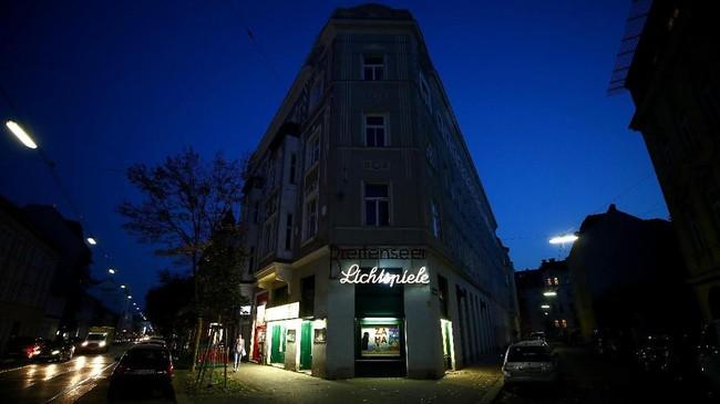 Proyeksionis Wolfgang meninggalkan Bioskop Breitenseer Lichtspiele di malam hari, 18 Oktober 2018. (REUTERS/Lisi Niesner)