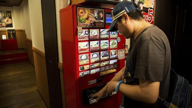 Tak hanya karaoke saja, toko-toko yang menjual bahan makanan pun menjual paket untuk mereka yang menikmati kesendiriannya.