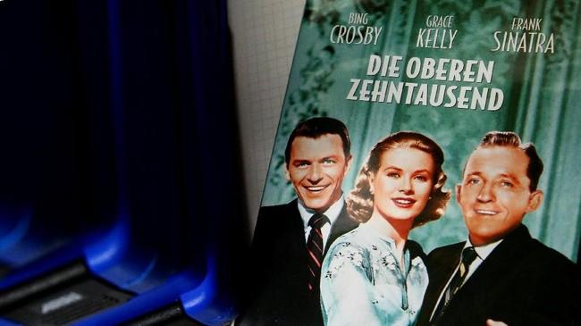 Kotak DVD film 'High Society' dipajang di atas meja di ruang screening Bioskop Breitenseer Lichtspiele. (REUTERS/Lisi Niesner)