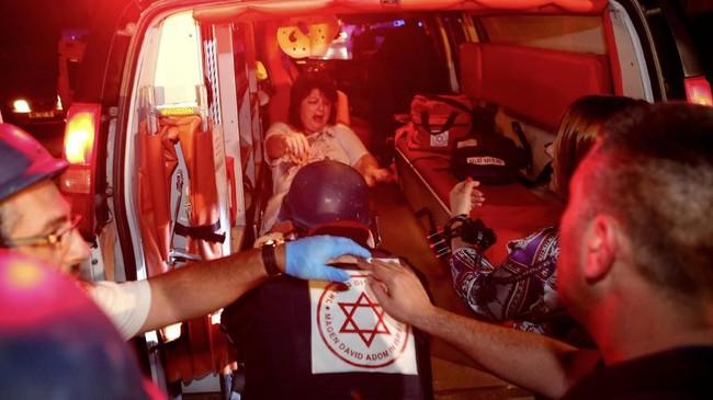Hamas juga meluncurkan rudal anti kendaraan lapis baja dan menghantam sebuah bus, berisi warga tentara Israel. (Photo by GIL COHEN-MAGEN / AFP)