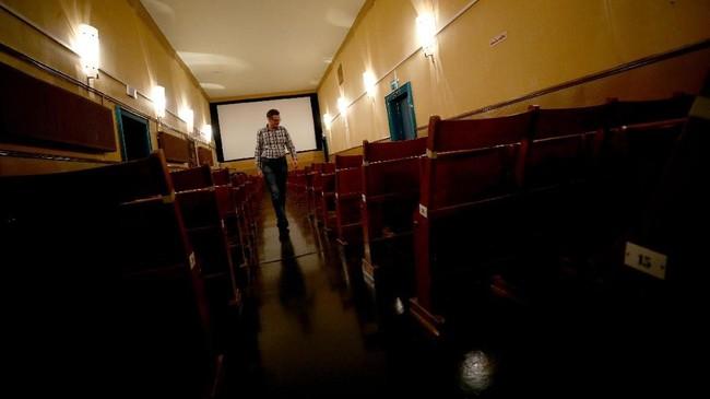 Wolfgang mengecek kondisi bioskop sebelum ditutup untuk hari itu.Dua tahun lagi, pengelolaan Breitenseer Lichtspiele akan diserahkan kepada keponakan sang pemilik.(REUTERS/Lisi Niesner)