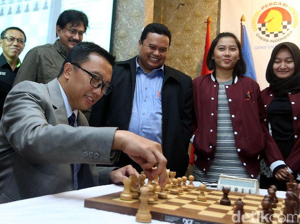 Imam Nahrawi melangkahkan bidak catur saat melawan Utut Adianto.