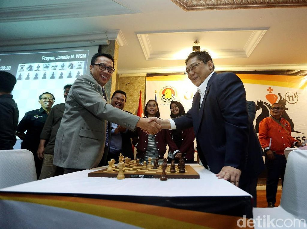Keduanya langsung berjabat tangan usai bermain catur sebagai tanda dimulainya JAPFA Chess Festival 2018.