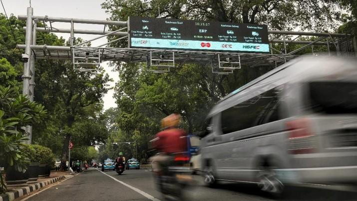 Sejumlah kendaraan bermotor melintas di gerbang Electronic Road Pricing (ERP) saat uji coba di Jalan Medan Merdeka Barat, Jakarta, Selasa (13/11/2018). Pemerintah Provinsi DKI Jakarta akan melakukan uji coba coba sistem jalan berbayar atau electronic road pricing (ERP) secara terbatas pada 14 November 2018. Gerbang ERP di jalan Medan Merdeka Barat ini merupakan yang ketiga dipasang untuk uji coba pelaksanaan jalan berbayar. (CNBC Indonesia/Andrean Kristianto)