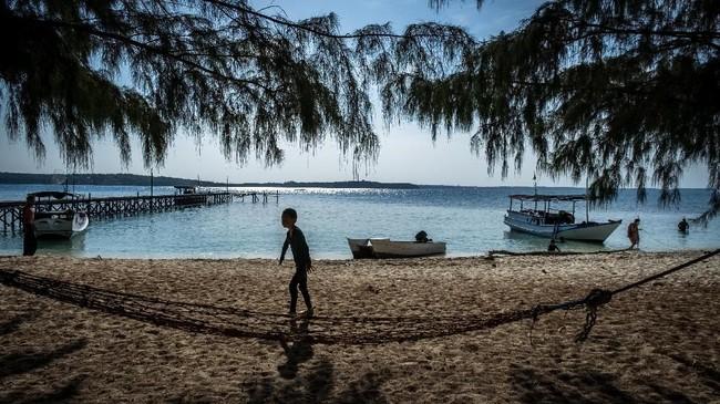 Wisatawan beraktivitas di kawasan Pulau Cilik, Karimunjawa, Jepara, Jawa Tengah.Selain Raja Ampat, Karimunjawa juga menawarkan eksotisme wisata bahari yang tak kalah menarik di Indonesia.