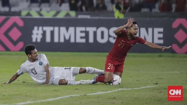 Gumairo Augusto Fernandes Da Silva Moreira melanggar Andik Vermansah di kotak penalti sehingga membuat wasit Aziz Asimov meniup peluit dan menunjuk titik putih. (CNN Indonesia/Adhi Wicaksono)