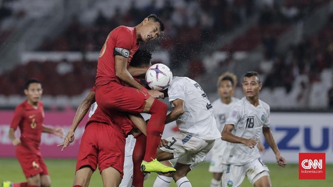 Kapten Timnas Indonesia Hansamu Yama Pranata tidak bisa bersantai di lini belakang karena Timor Leste memiliki ancaman sejak awal laga. (CNN Indonesia/Adhi Wicaksono)