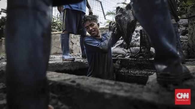 BMKG memprediksi puncak musim hujan terjadi awal tahun 2019, Januari-Februari. Akhir tahun 2018 adalah musim pancaroba menjelang puncak hujan. Beberapa daerah Indonesia saat ini telah mengalami banjir. (CNN Indonesia/ Hesti Rika)