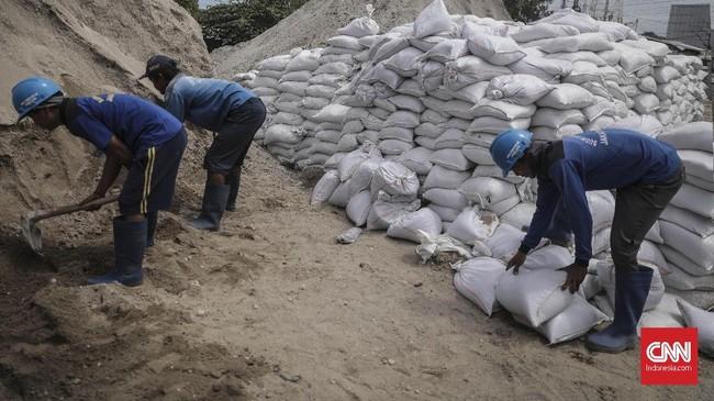 Sudin Tata Air Jakarta Utara menyiapkan total 11 ribu karung pasir untuk mengatasi banjir dan penanggulangan tanggul jebol di Jakarta Utara. (CNN Indonesia/ Hesti Rika)