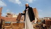 Seorang pria di Kairo, Omar Abulhassan, membuka terapi sengatan lebah untuk menyembuhkan beberapa jenis penyakit. (REUTERS/Amr Abdallah Dalsh)