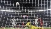 Kegagalan kiper Fagio Augusto Da Silva Pereira menghalau bola sepakan Alfath Fathier berbuah gol pertama Indonesia ke gawang Timor Leste. (ANTARA FOTO/Sigid Kurniawan/ama)