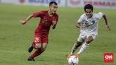 Setelah tertinggal 0-1 dari Timor Leste, Bima Sakti melakukan pergantian pemain. Pemain sayap Persija Jakarta Riko Simanjuntak masuk pada menit ke-56 menggantikan Febri Hariyadi. Riko pun menempati sayap kanan dan Andik Vermansah beroperasi di sayap kiri. (CNN Indonesia/Adhi Wicaksono)
