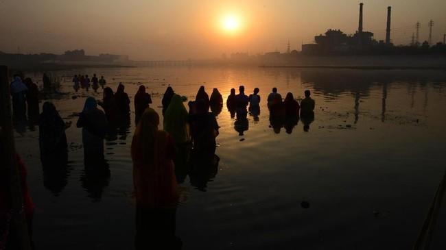 Chhath Puja adalah sebuah festival yang didedikasikan kepada Dewa Matahari dan istrinya Dewi Usha.(Photo by SAM PANTHAKY / AF / AFP)