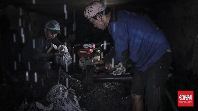 Petugas Suku Dinas Sumber Daya Air (Sudin SDA) Jakarta Utara membersihkan saluran gorong2 di kawasan jalan Yos sudarso, Sunter Jakarta Utara (14/11). (CNN Indonesia/ Hesti Rika)