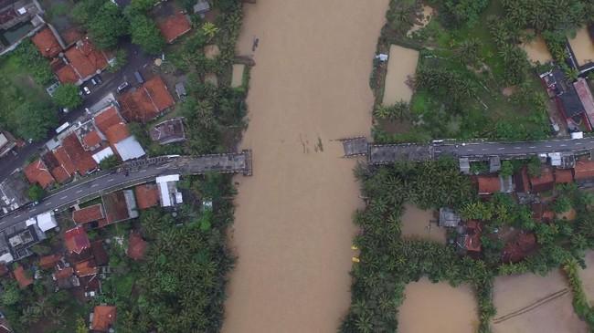Jembatan Pasanggrahan atau jembatan Pansel Jabar yang ambruk diterjang arus sungai akibat banjir bandang di Desa Cipatujah, Kabupaten Tasikmalaya, Jawa Barat, Kamis (8/11). ANTARA FOTO/Adeng Bustomi