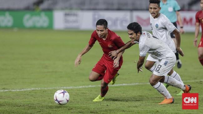 Evan Dimas Darmono tak leluasa menjadi 'dirigen' dalam permainan Timnas Indonesia khususnya di menit-menit awal. (CNN Indonesia/Adhi Wicaksono)