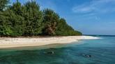 Wisatawan melakukan aktivitas selam permukaan di sekitar Pulau Cilik, Karimunjawa, Jepara, Jawa Tengah.Selain melalui kapal laut, Karimunjawa dapat dituju via pesawat dari Semarang. Untuk menginap pun sudah tak masalah karena banyak hotel, resort dan homestay.