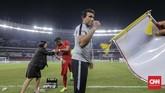 Pelatih Timnas Indonesia Bima Sakti menjalani laga debut di laga kandang dalam sebuah ajang resmi ketika Timnas Indonesia menjamu Timor Leste pada fase grup Piala AFF 2018 di Stadion Utama Gelora Bung Karno (SUGBK), Selasa (13/11). (CNN Indonesia/Adhi Wicaksono)