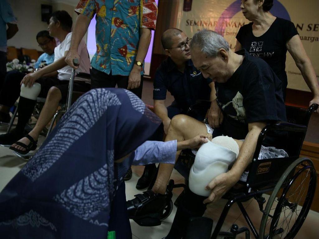 Perawat memasangkan kaki prostetik kepada pasien penderita diabetes di Rumah Sakit Cipto Mangunkusumo (RSCM), Jakarta, Rabu (14/11/2018). Istimewa/Sun Life Financial.