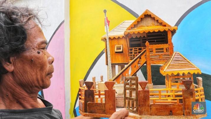 Pak Encim, Pembuat Miniatur Rumah Si Pitung dari Limbah Kayu