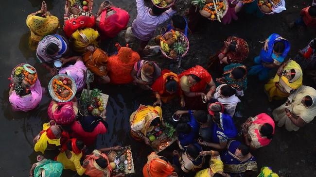 Festival Chhath juga dikenal sebagai Surya Pooja adalah kegiatan kepercayaan yang penting di India dan Nepal. Mereka bertujuan mencari umur panjang dan kesehatan, utamanya untuk pasangan. (Photo by SANJAY KANOJIA / AF / AFP)