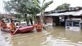 Personel SAR Palembang mengevakuasi warga yang menjadi korban banjir di Sekip Bendung, Palembang, Sumatera Selatan, Selasa (13/11/2018). Intensitas hujan yang sangat tinggi dalam beberapa hari terakhir menyebabkan sejumlah daerah di Palembang banjir. ANTARA FOTO/Nova Wahyudi/pd.