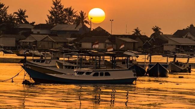 Sejumlah perahu nelayan bersandar seusai melaut di tepi pantai Pelabuhan Karimunjawa, Jepara, Jawa Tengah.Menghabiskan senja, wisatawan dapat ngopi dan foto-foto di Bukit Love, spot wisata buatan di lereng bukit dengan latar lanskap Karimunjawa.