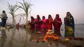 Chhath Puja dirayakan pada hari keenam di bulan Kartik menurut kalender Hindu. Tahun ini, festival tersebut diperingati mulai Selasa (13/11) malam sampai Rabu (14/11) pagi. (REUTERS/Amit Dave)