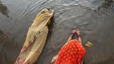 Seorang pemuja membawa 'tika' saat menaikkan doa-doa kepada Matahari dalam Festival Chhat di sepanjang sungai Bagmati di Kathmandu, Nepal. (REUTERS/Navesh Chitrakar)