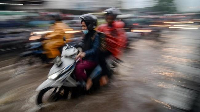 Pengendara melintasi banjir di Jalan A.H Nasution, Bandung, Selasa (13/11/2018). Curah hujan tinggi pada Selasa (13/11) sore yang terjadi di Bandung menyebabkan genangan setinggi 15 hingga 30 sentimeter di beberapa tempat di Kota Bandung. ANTARA FOTO/Raisan Al Farisi/ama.