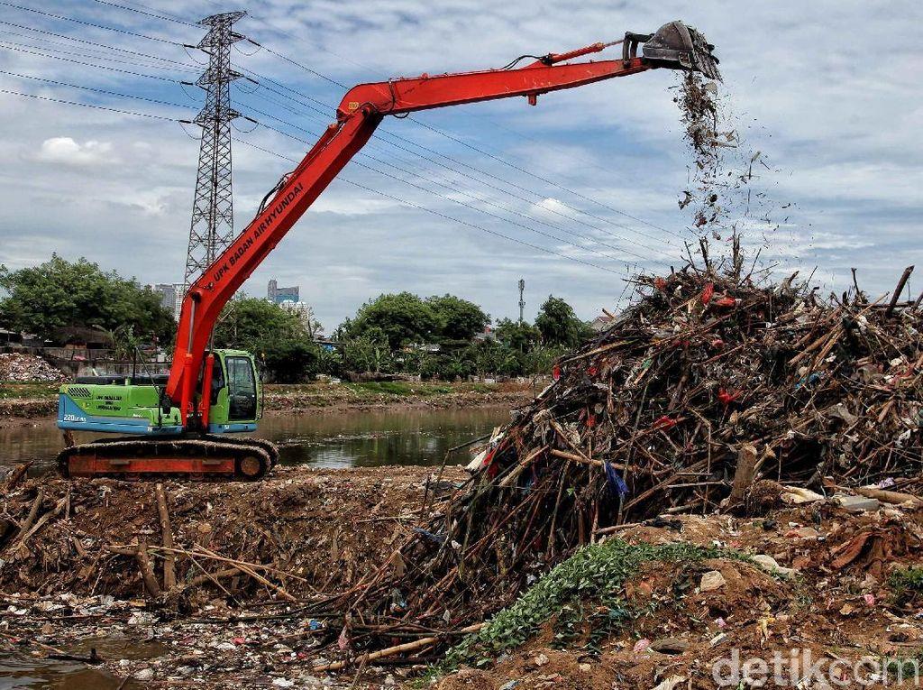 Pengerukan Endapan Sampah di Banjir Kanal Barat