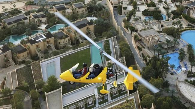 Untuk berkeliling di atas Laut Mati dengan gyrocopter penumpang wajib membayar seharga 60 JD (sekitar Rp1,2 juta) per orang selama 20 menit.