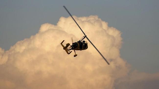 Gyrocopter milik Royal Aero Sports Clubterbang di atas kawasan Laut Mati, Yordania.