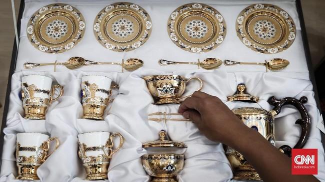 Di antara 58 barang gratifikasi sitaan KPK yang dilelang Kemenkeu, adajuga barang pecah belah.Seperti,parsel tea set yang dibukamulai dari Rp263 ribu. (CNNIndonesia/Safir Makki).