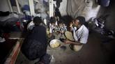Begitu parah kemiskinan akibat perang di Yaman, Perserikatan Bangsa-Bangsa memperkirakan setengah populasi negara itu akan terkena bencana kelaparan. (Reuters/Mohamed al-Sayaghi)