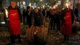 Pusat perayaan biasanya digelar di Kota Lyon. Dalam perayaan, sejumlah petani anggur bakal mendorong Beaujolais Nouveau ke pusat kota sebelum botol anggur itu dibuka. (REUTERS/Emmanuel Foudrot)